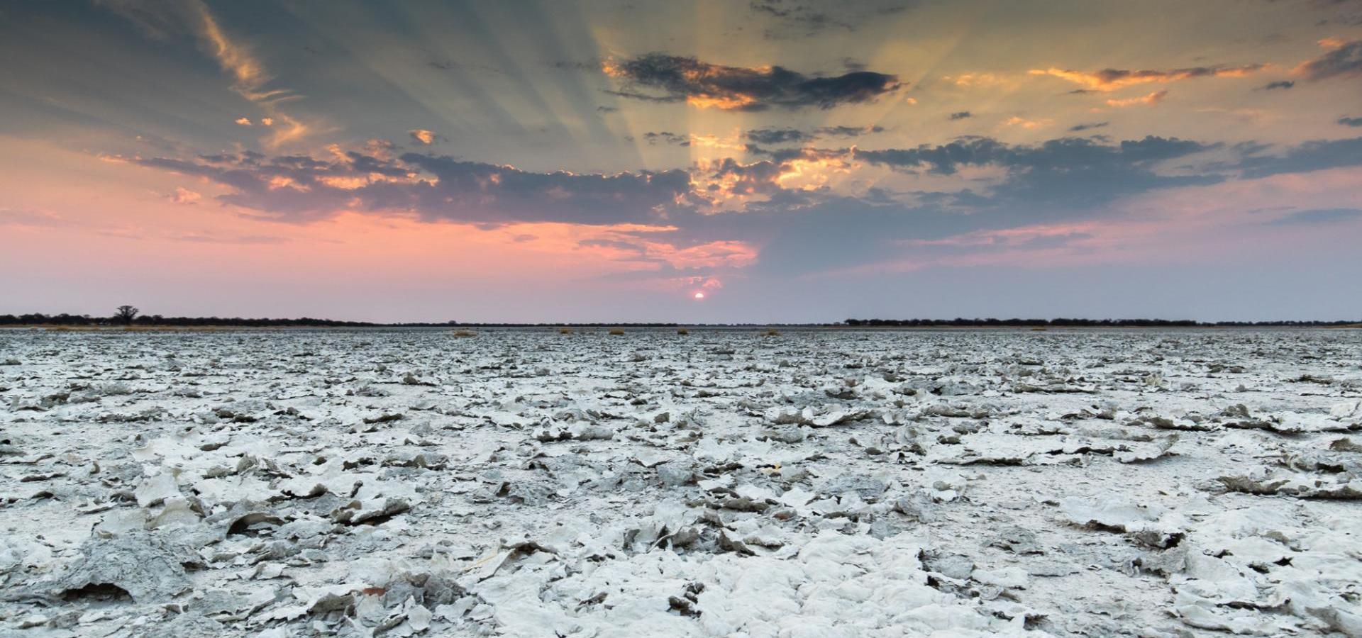 Sonnenaufgang in den Nxai Pans Botswanas