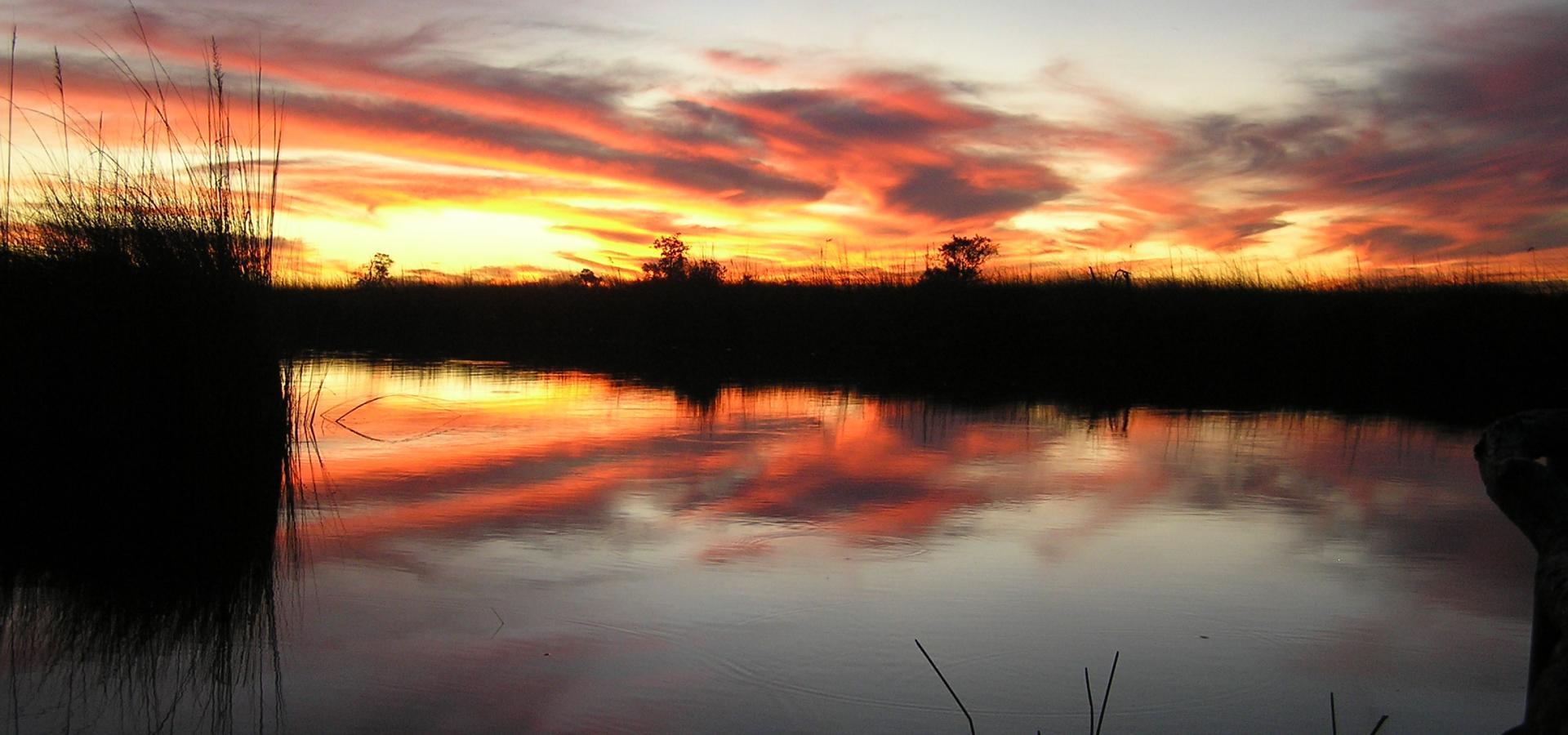 Erleben Sie atemberaubende Sonnenuntergänge im Okavango Delta in Botswana