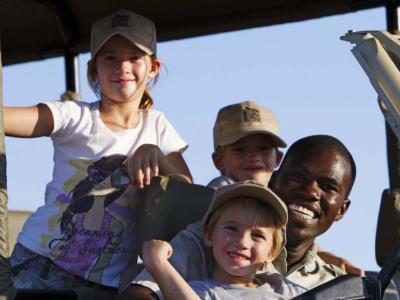 Familienreise Botswana: Kinder mit Safari Guide