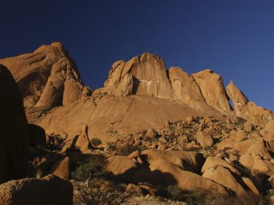 Besuchen Sie den Brandberg im Damaraland, höchsten Berg Namibias, mit seinen traditionsreichen Felsmalereien und -gravierungen