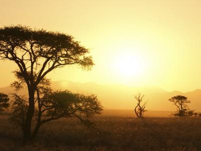 Im landschaftlich facettenreichen Namib Naukluft Park in Namibia können Sie wunderschöne Sonnenuntergänge genießen