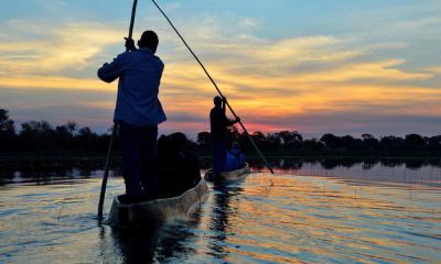 Fahrt im Mokoro zum Sonnenuntergang durch das Moremi Game Reserve in Botswana