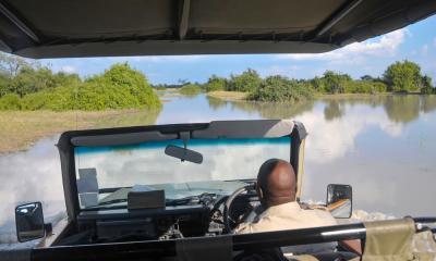 Safari Jeep bei einer Fahrt durch das Wasser im Okavango Delta